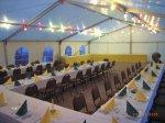 Tische und Stühle für 80 Personen